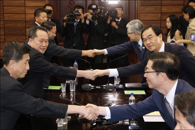 South Korean Unification Minister and chief delegate Cho Myoung-gyon (2-R) shakes hands with North Korea's chief delegate Ri Son-gwon (2-L) after their high-level talks at the northern side truce village of Panmunjeom, 13 August 2018. (EPA Photo)