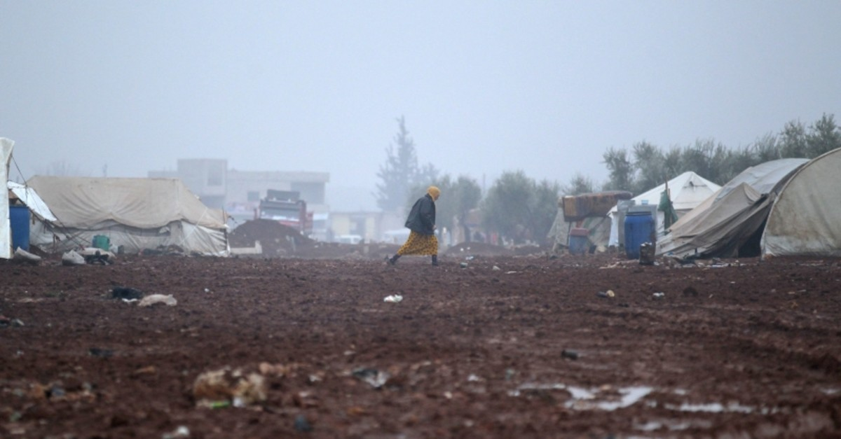 An internally displaced Syrian woman walks in the Bab al-Salam refugee camp, near the Syrian-Turkish border, northern Aleppo province, Syria December 26, 2016.  (Reuters Photo)