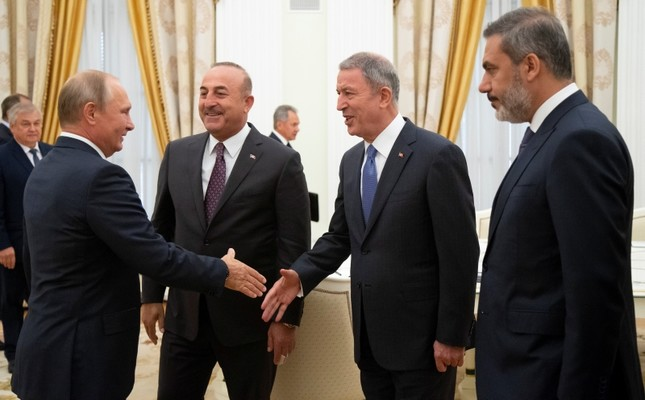 Russian President Vladimir Putin greets Turkish FM Mevlüt Çavuşoğlu (2ndL), Defense Minister Hulusi Akar (2ndR) and intelligence chief Hakan Fidan during their meeting in the Kremlin in Moscow, Russia, Friday, Aug. 24, 2018. (AP Photo)