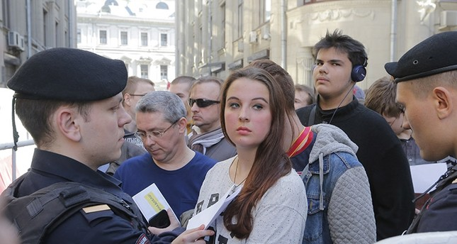 Russian opposition activists stand in queue for the presidential administration office, to deliver letters calling for Vladimir Putin not to stand for the 2018 election, during an opposition rally in central Moscow, Russia, 29 April 2017. (EPA Photo)