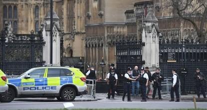 عدد من الإصابات جراء اصطدام سيارة بحواجز الأمن خارج البرلمان البريطاني