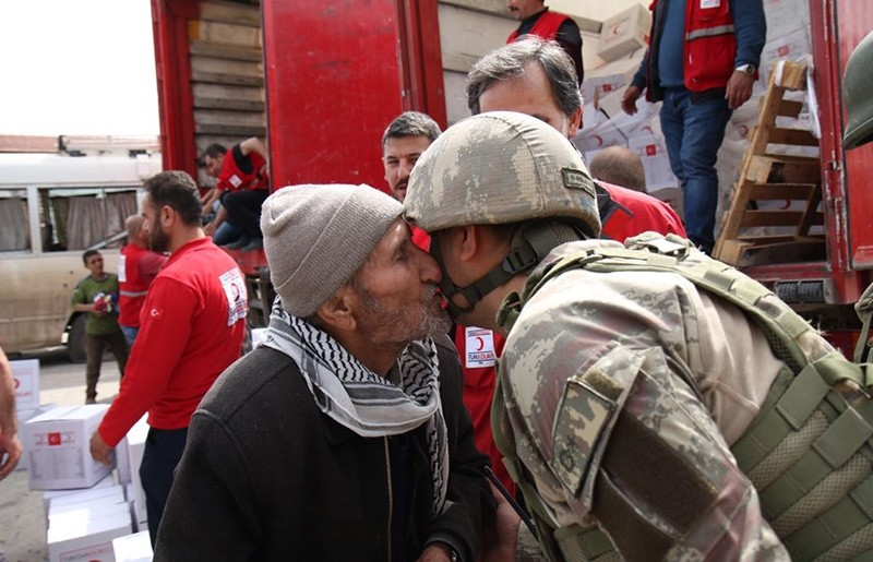 An elderly Afrin resident kisses a Turkish soldier during the delivery of humanitarian assistance (TSK Photo)