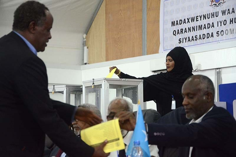 A Somali lawmaker casts her vote to elect a new president inside Mogadishu airport on February 8, 2017 (AFP Photo)