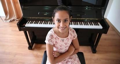 الطفلة التركية المعجزة تعزف في قاعة كارنيجي الشهيرة بعد الفوز بمسابقة أمريكية
