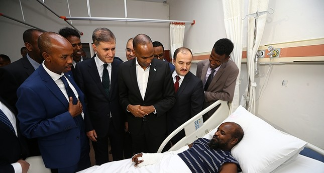 Somali Prime Minister Hassan Ali Khayre (3rd from the right) visits Somali man injured in the deadly terror attack in Mogadishu, Oct. 26, 2017 (AA Photo)