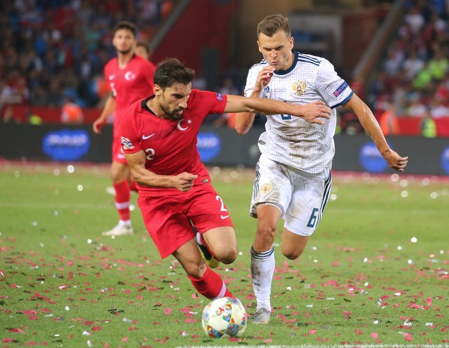 Şener Özbayraklı (L) tries to dribble past Russia's Denis Cheryshev during the UEFA Nations League match in Trabzon, Turkey, Sept. 7.