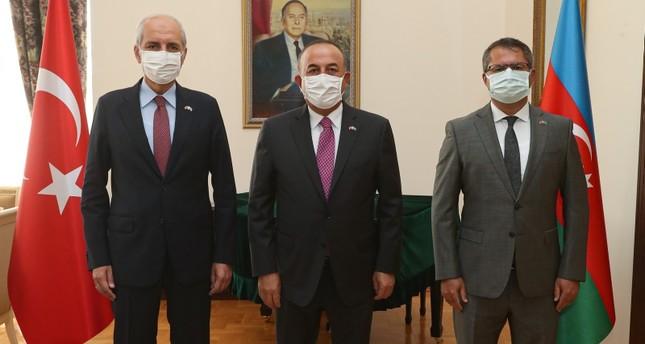 وزير الخارجية التركي مولودتشاوش أوغلو مع نائب رئيس حزب العدالة والتنمية التركي، نعمان قورتُلموش، في زيارة إلى السفارة الأذربيجانية لدى أنقرة