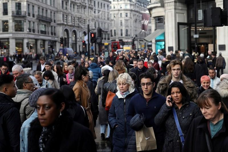 Shoppers walk along Regents Street in London, Britain, December 22, 2017. (Reuters Photo)