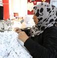 إشراقات وقطر الخيرية توزع 100 ماكينة خياطة على نساء سوريات