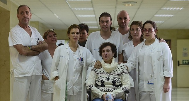 Former ebola patient Spanish nurse Teresa Romero (C DOWN) poses with medical staff before a press conference at Carlos III Hospital in Madrid on November 5, 2014 (AFP Photo)