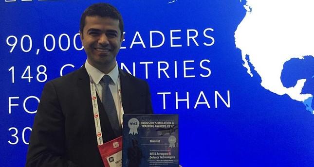 ممثل عن شركة بايتس للصناعات الدفاعية التركية يستلم جائزة التأهل إلى المرحلة النهائية  (اللأناضول)