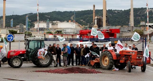 مزارعون فرنسيون يغلقون مداخل أحد مصافي النفط (رويترز)