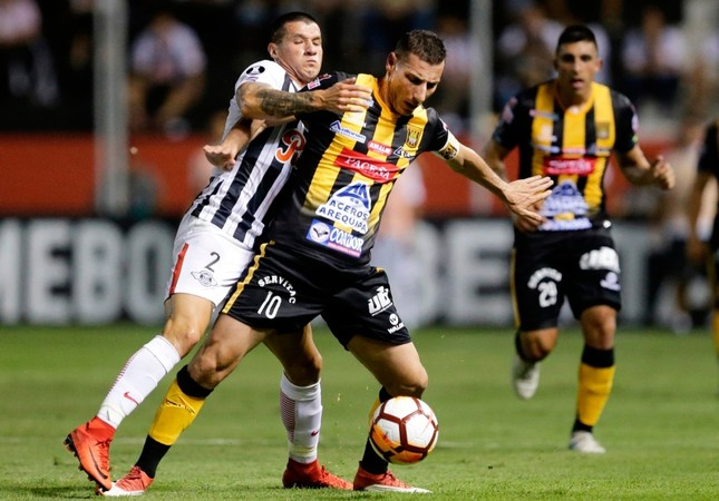 Midfielder Pablo Escobar, right, of Bolivia's The Strongest fights for the ball with defender Alan Benitez of Paraguay's Libertad during a Copa Libertadores soccer match, in Asuncion, Paraguay, Tuesday, April 3, 2018. AP Photo