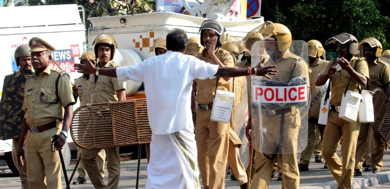 Indian Police patrol during clashes between Communist Party of India (Marxist) (CPM) and Bhartiya Janta Party (BJP) in front of the Kerala Government Secretariatat in Thiruvnanthapuram on January 02, 2019. (AFP Photo)