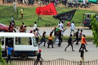 إحدى المسيرات التي نظمتها الحركة الإسلامية في نيجيريا الشيعية المتطرفة للمطالبة بالإفراج عن زعيمها ابراهيم زكزكي (الفرنسية)