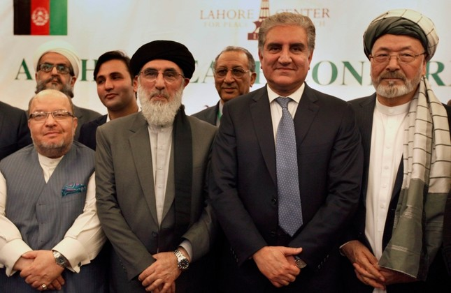 Afghan politicians including High Peace Council head Mohammad Karim Khalili (R), Gulbuddin Hekmatyar (CL) and other participants pose for photograph with Pakistani FM Shah Mahmood Qureshi (CR) in Bhurban, Pakistan, June 22, 2019. (AP Photo)