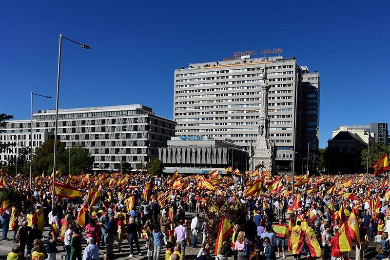 Protestors gather holding Spanish flags during a demonstration against independence of Catalonia called by DENAES foundation for the Spanish Nation Defence on October 07, 2017 in Madrid. (AFP Photo)