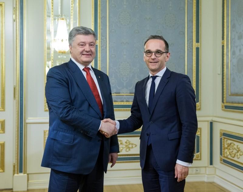 Ukrainian President Petro Poroshenko (L) welcomes German foreign minister Heiko Maas (R) during their meeting in Kiev, Ukraine, 31 May 2018. (EPA Photo)