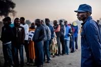 مجموعة من الناخبين يصطفون أمام إحدى اللجان الانتخابية بزيمبابوي للإدلاء بأصواتهم في الانتخابات الرئاسية  (وكالة الأنباء الفرنسية)