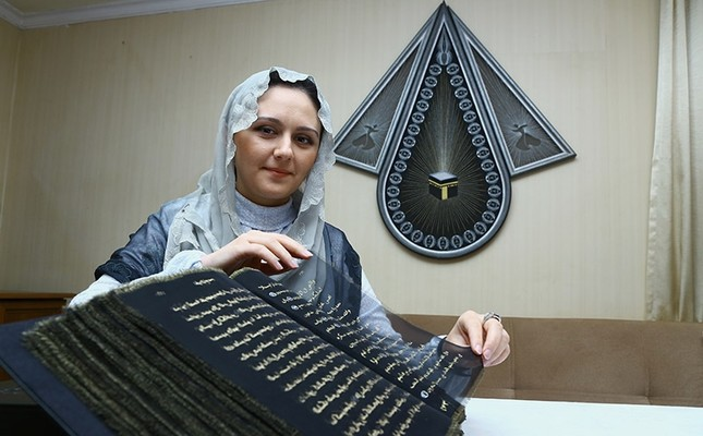 Azerbaijani painter writes Quran on transparent silk pages