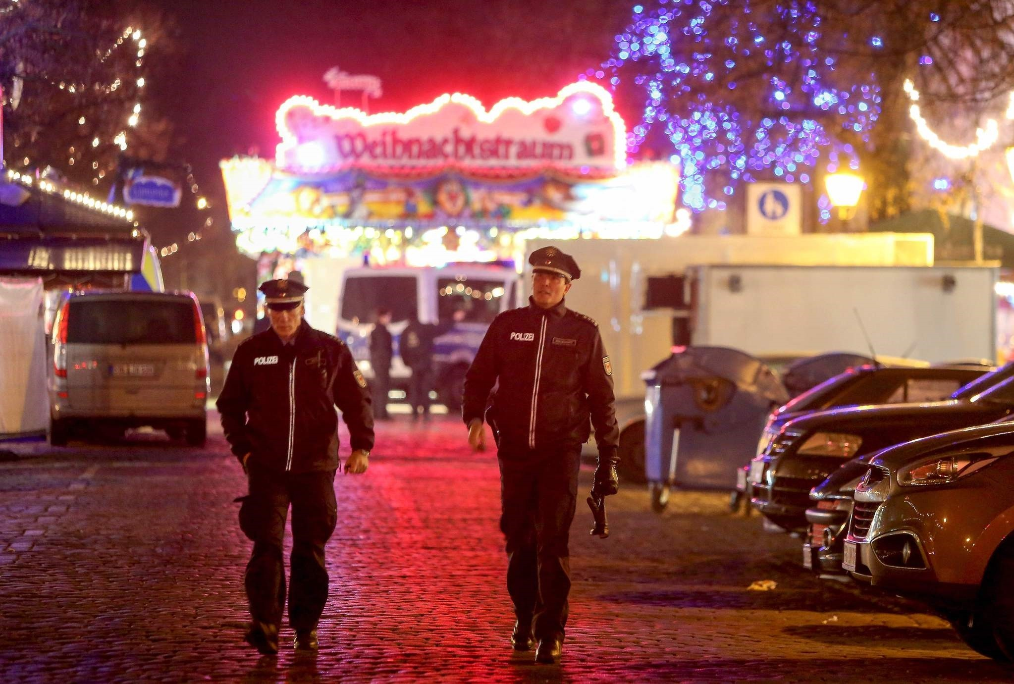 Police patrol the area after an explosive was found at Christmas market in Potsdam, near Berlin, Germany on December 1, 2017. (AFP Photo)
