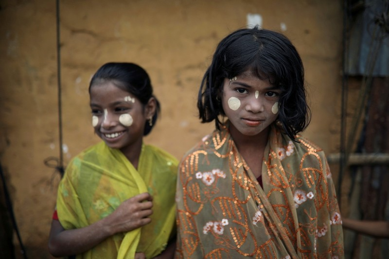 Rohingya refugee girls react to the camera as they apply Thanaka paste in the Kutupalong camp in Cox's Bazar, Bangladesh, Oct. 13, 2018. (Reuters Photo)