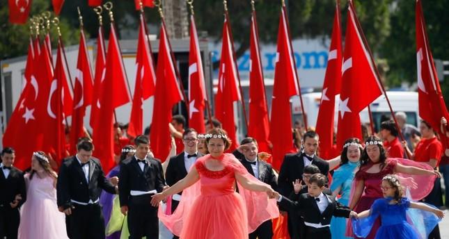 تركيا تحيي ذكرى أتاتورك وتحتفل بعيد الشباب