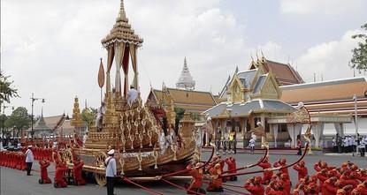 pMehr als ein Jahr nach seinem Tod nimmt Thailand endgültig Abschied von König Bhumibol. Mit einer prunkvollen Prozession wurde die Urne an diesem Donnerstag in Bangkok aus dem Großen Palast zum...