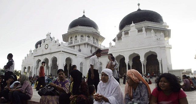 People gather outside the Baiturrahman mosque after an earthquake hit Banda Aceh April 11, 2012 (Reuters Photo)