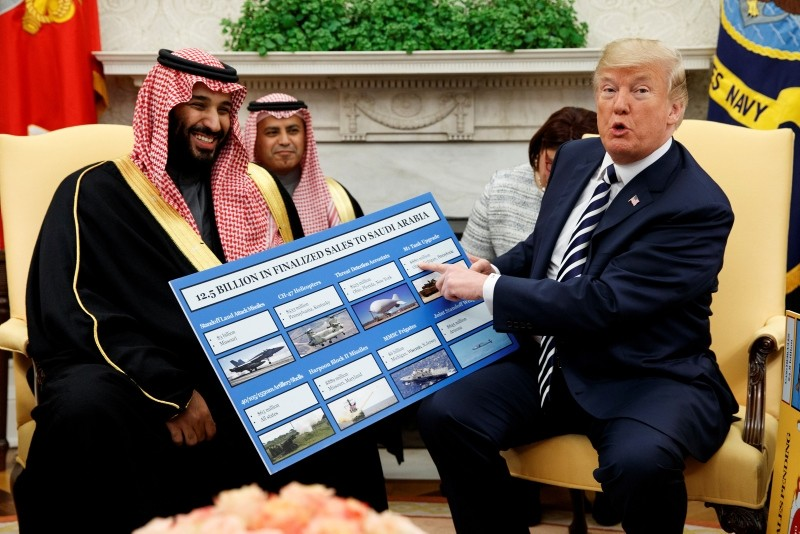 Trump shows a chart highlighting arms sales to Saudi Arabia during a meeting with Saudi Crown Prince Mohammed Bin Salman in the Oval Office, 21 March 2018. (AP Photo)