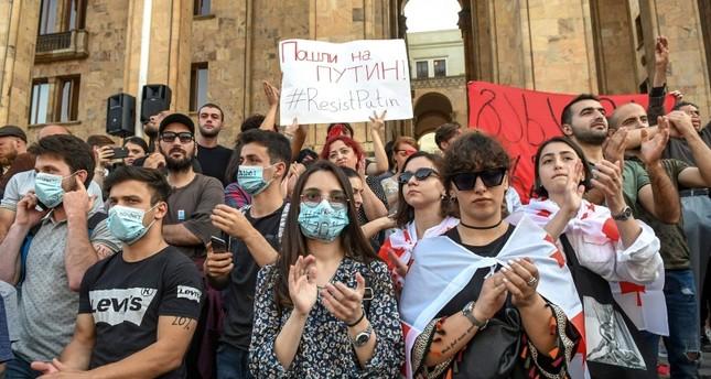 من المظاهرات المطالبة برحيل الحكومة (الفرنسية)