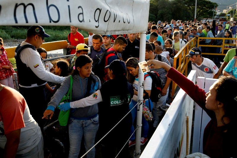 Colombian migration officers check the identity documents of people trying to enter Colombia from Venezuela, at the Simon Bolivar International bridge in Villa del Rosario, Colombia August 25, 2018. (Reuters Photo)