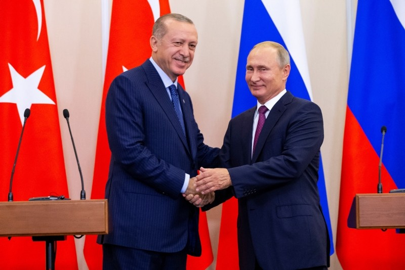 Turkish President Recep Tayyip Erdou011fan (L) and his Russian counterpart Vladimir Putin shake hands during a news conference following their talks in Sochi, Russia September 17, 2018. (EPA Photo)