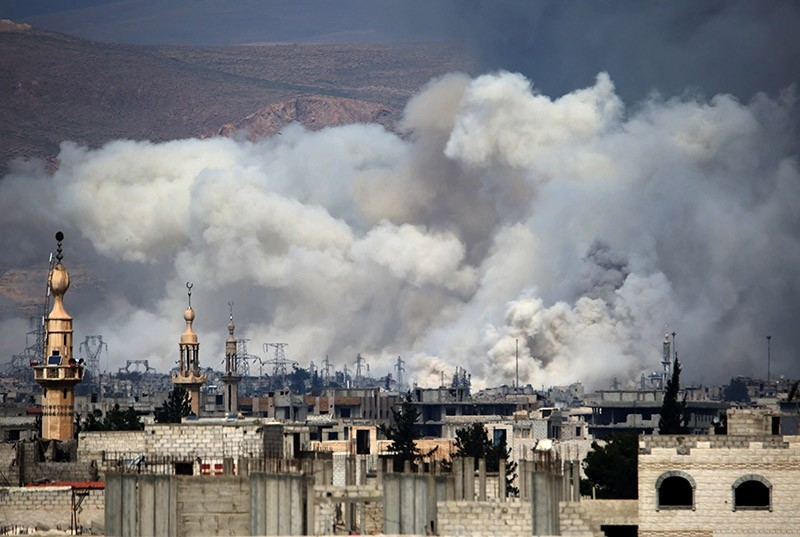 Smoke billows following reported airstrikes by regime forces on Damascus' northeastern al-Qaboun suburb on March 15, 2017. (AFP Photo)