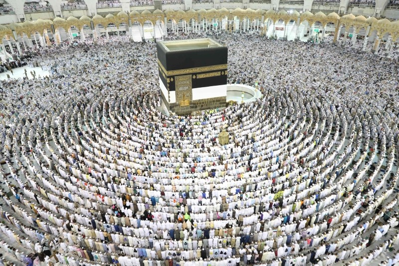 Muslim worshippers perform prayers around the Kaaba, Islam's holiest shrine, at the Grand Mosque in Saudi Arabia's holy city of Mecca on August 15, 2018. (AFP Photo)