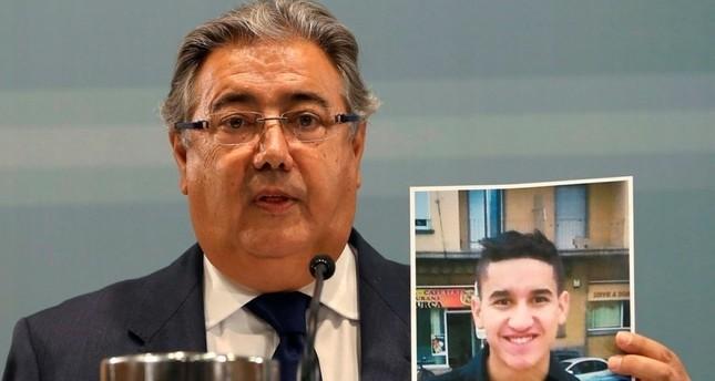 وزير الداخلية الإسباني يعرض صورة لـ يونس أبو يعقوب المشتبه في قيامه بعملية الدهس في برشلونة (EPA)