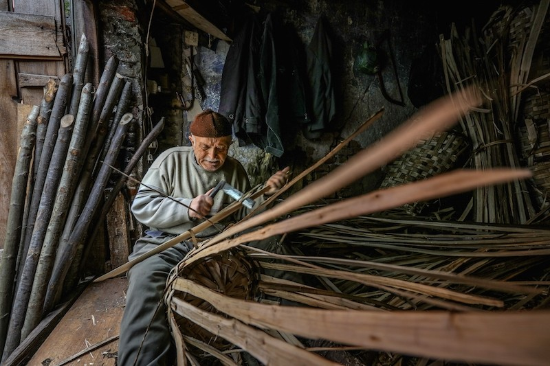 Kemal Kayaou011flu usta (master) has been weaving baskets in his Istanbul Eminu00f6nu00fc workshop for 73 years. (Anadolu Agency Photo)