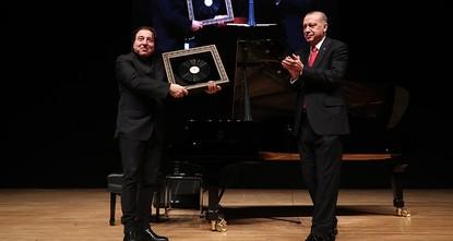 Erdoğan presents Turkish pianist Fazıl Say with plaque