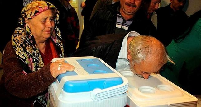 أقارب متبرع بأعضائه يقبِّلون الحاويات المبردة التي تحمل أعضاءه