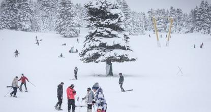 مع بدء تساقط الثلوج.. جبل أولوداغ التركي يشهد انطلاق موسم التزلج