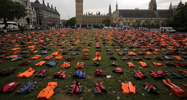 2500 سترة نجاة أمام البرلمان البريطاني للتنديد بأزمة اللاجئين