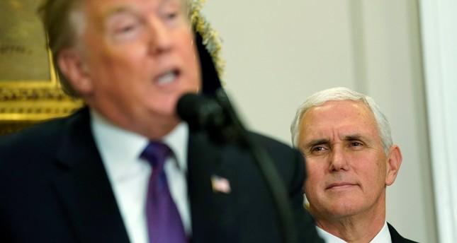 بنس يقف خلف ترامب خلال إعلان الأخير عن قراراته بشأن القدس (رويترز)