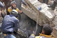 رجال الإغاثة يحاولون انتشال الضحايا من تحت الأنقاض في ضواحي دمشق (AP)