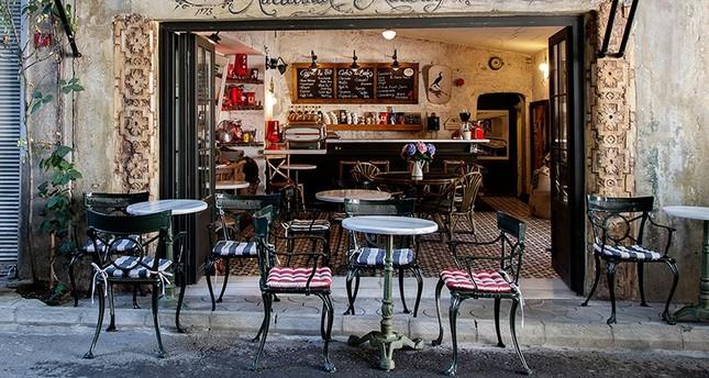 مقاهي إسطنبول التقليدية تبقي على التراث وتقاوم نظيراتها العصرية