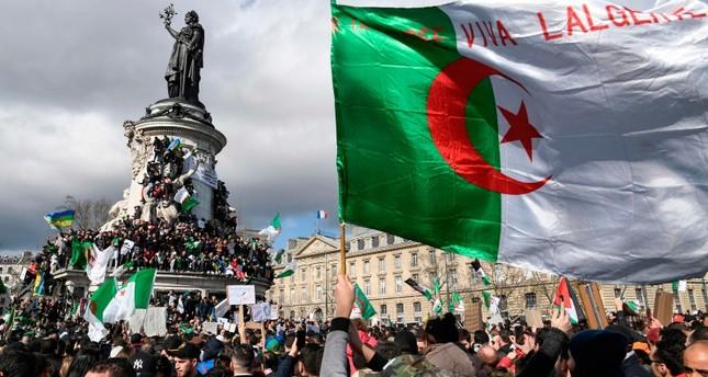 فرنسا تشيد بالمتظاهرين الجزائريين وتشدد على استقرار الجزائر
