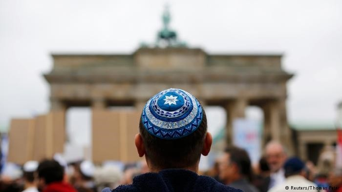 The vast majority of anti-Semitic crimes in Germany were carried out by right-wing extremists, according to a newspaper report.