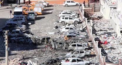 pBei einem Autobombenangriff in der südöstlichen Stadt Şanlıurfa wurden am Freitagabend ein elfjähriges Kind und ein Wächter getötet. Mindestens 17 weitere Menschen wurden verletzt, teilte das Büro...