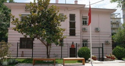 pA group of masked assailants attacked the Turkish consulate in Greece's Thessaloniki with Molotov cocktails early Sunday, Doğan News Agency has reported./p  pThe group threw two Molotov...