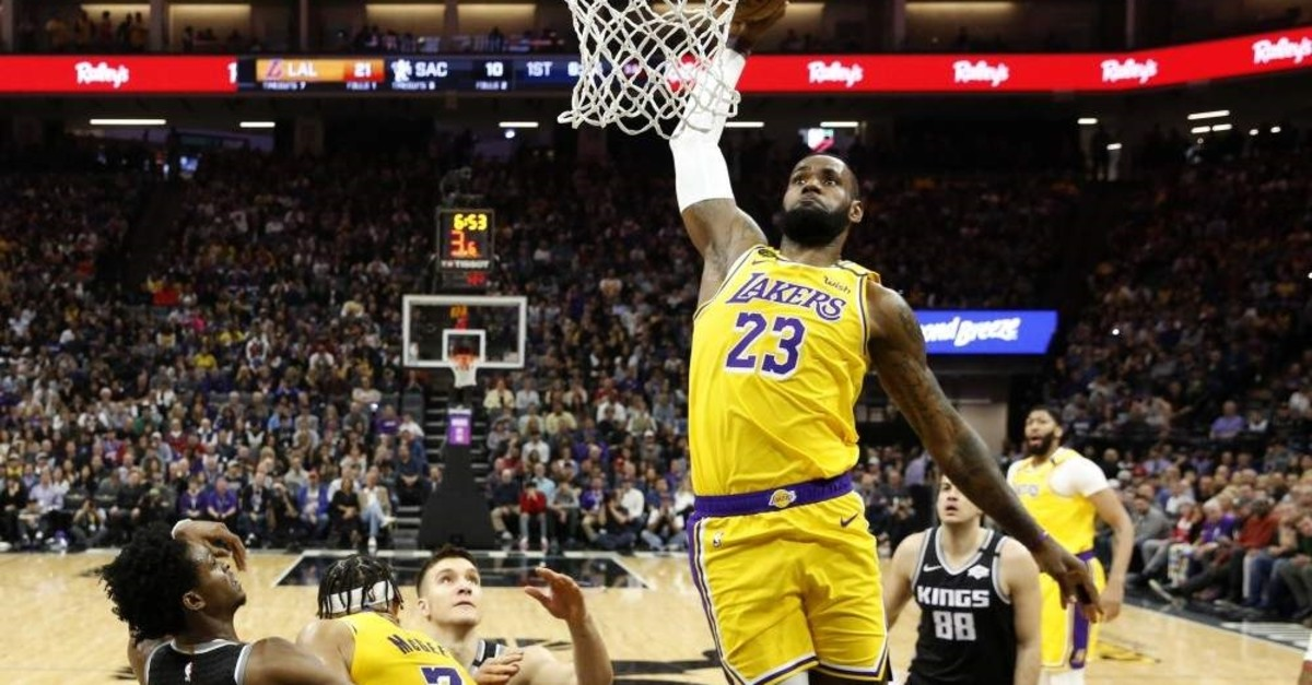 Los Angeles Lakers forward LeBron James goes to the basket, Sacramento, Feb.1, 2020. (AP Photo)