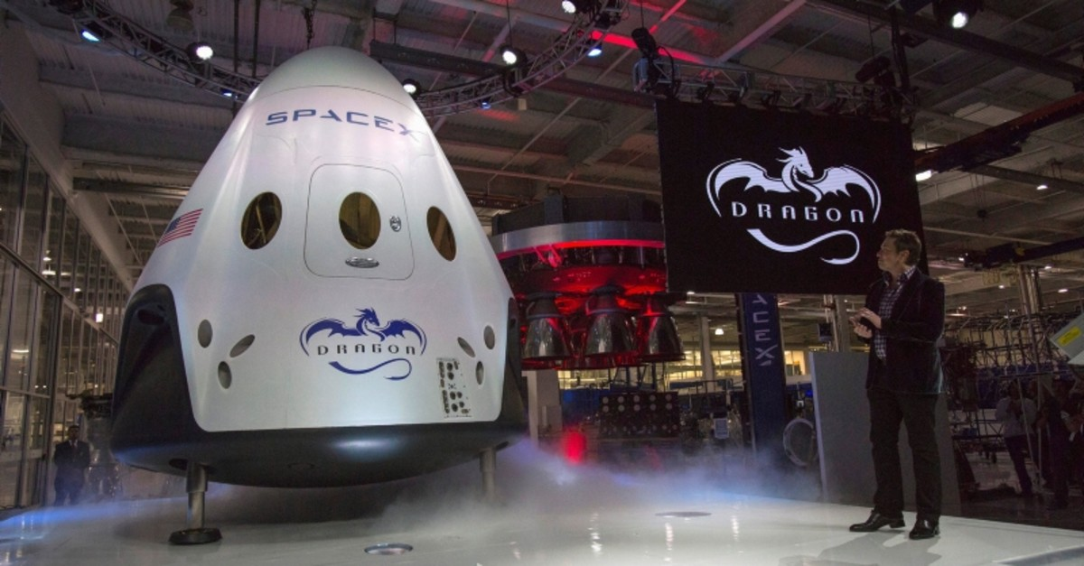 SpaceX CEO Elon Musk (R) unveils the Dragon V2 spacecraft in Hawthorne, California May 29, 2014 (Reuters File Photo)